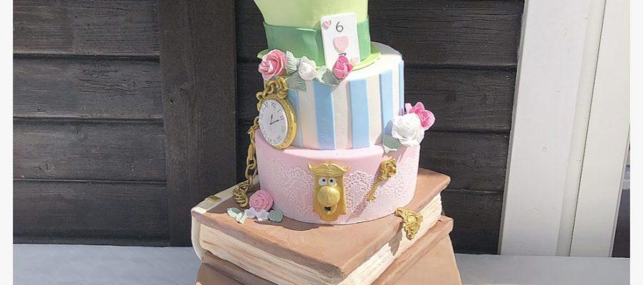 Alice i underlandet – En bröllopstårta som speglar brudparet och hela bröllopsfesten   Inskickad av Veronica Aster Motivering: En lekfull och glad tårta. Snyggt utförd och fantasifull! Se bidraget här